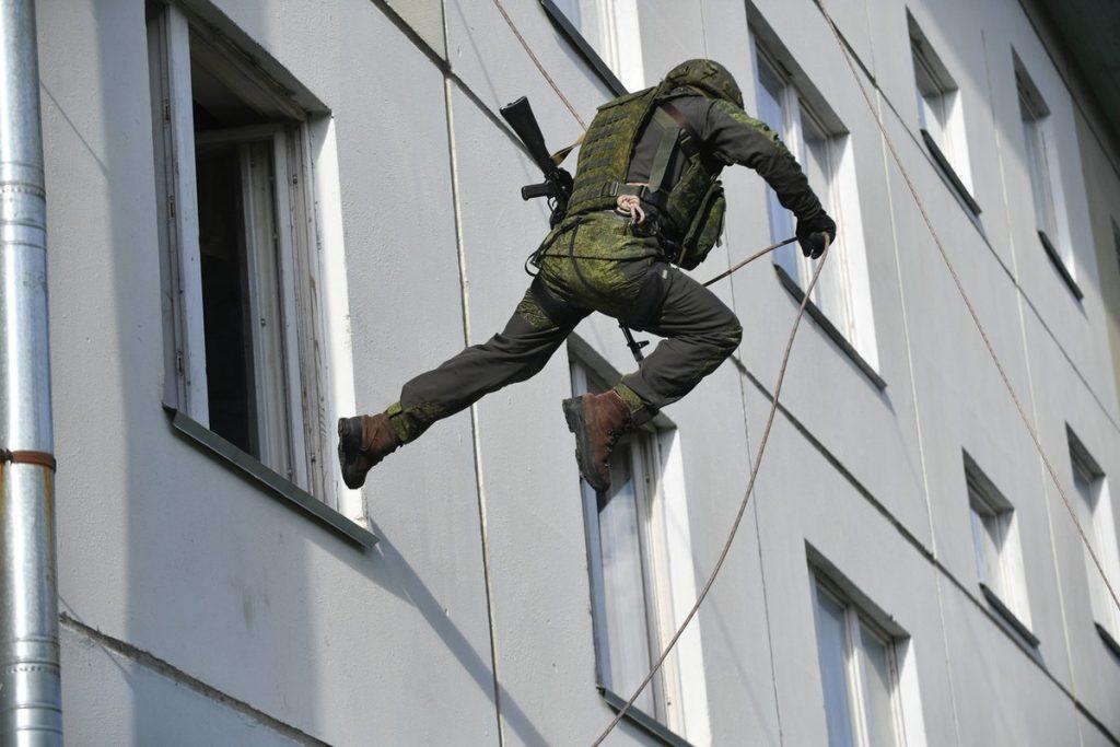 Захлопнулся замок? Вызов промышленного альпиниста для проникновения через балкон