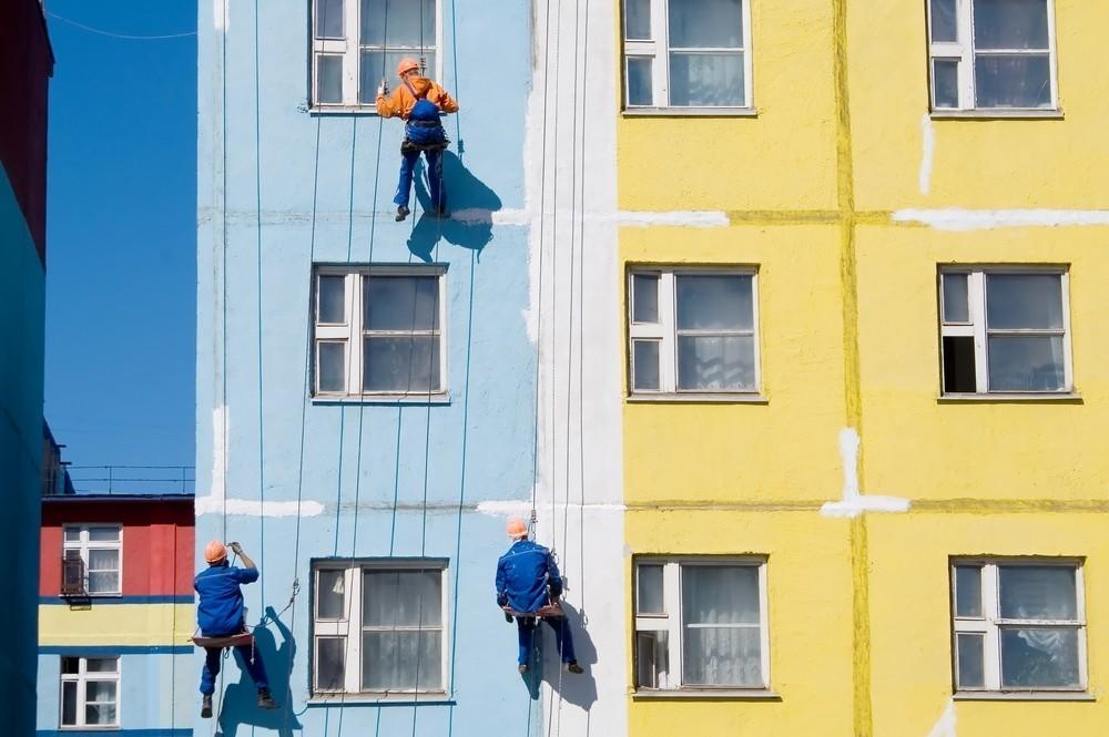Как подобрать водоэмульсионную краску для окраски фасада на высоте